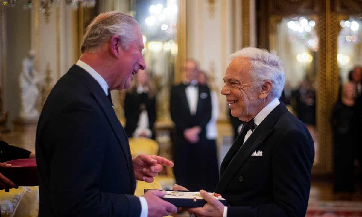 Ральф Лорен принимает своё почётное рыцарство от принца Уэльского