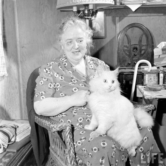 Кошка-поводырь Бэйби и её хозяйка в 1947 году