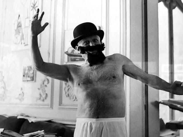 Пабло Пикассо, одетый как Попай в 1957 году