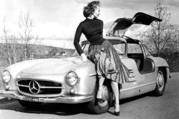 Винтажные снимки Софи Лорен с её Mercedes-Benz SL300 Gullwing