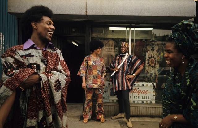 Жители Гарлема позируют перед магазином Аллена Монтего