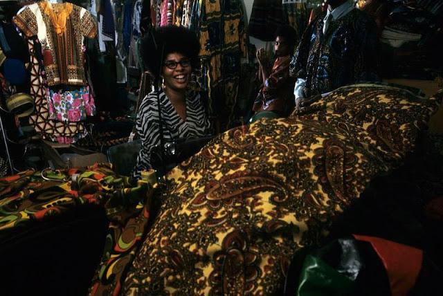 Улыбающаяся швея перед своей швейной машинкой