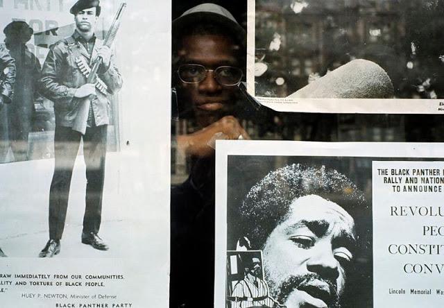 Окно штаба «Чёрных пантер» украшено плакатами заключённых лидеров