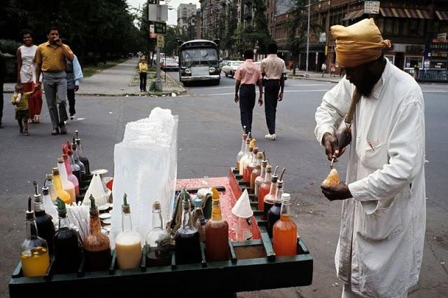 Индийский уличный торговец льдом с сиропом
