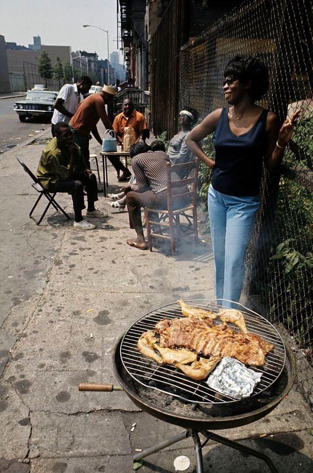 Семья жарит мясо на тротуаре