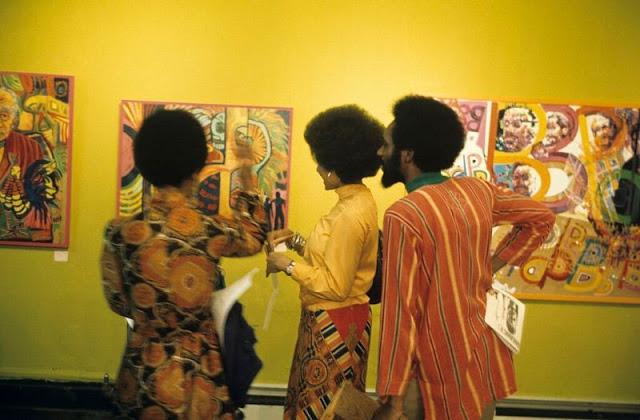 Люди на выставке Фалаеми в Гарлемской галерее