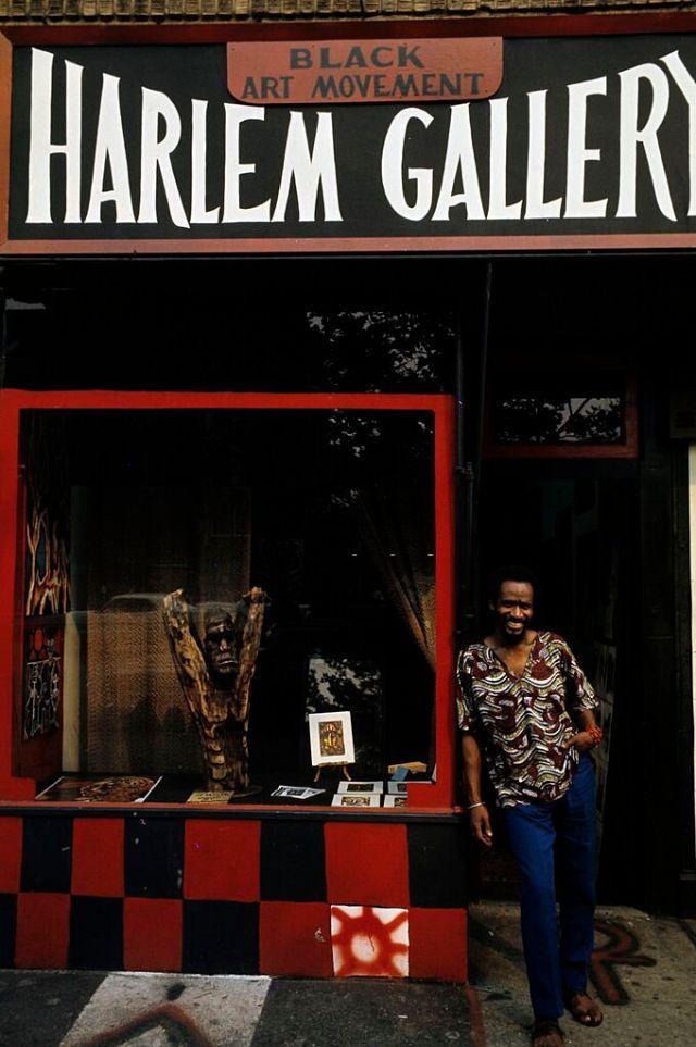 Художник Фалаеми позирует перед художественной галереей Гарлема, которую он открыл