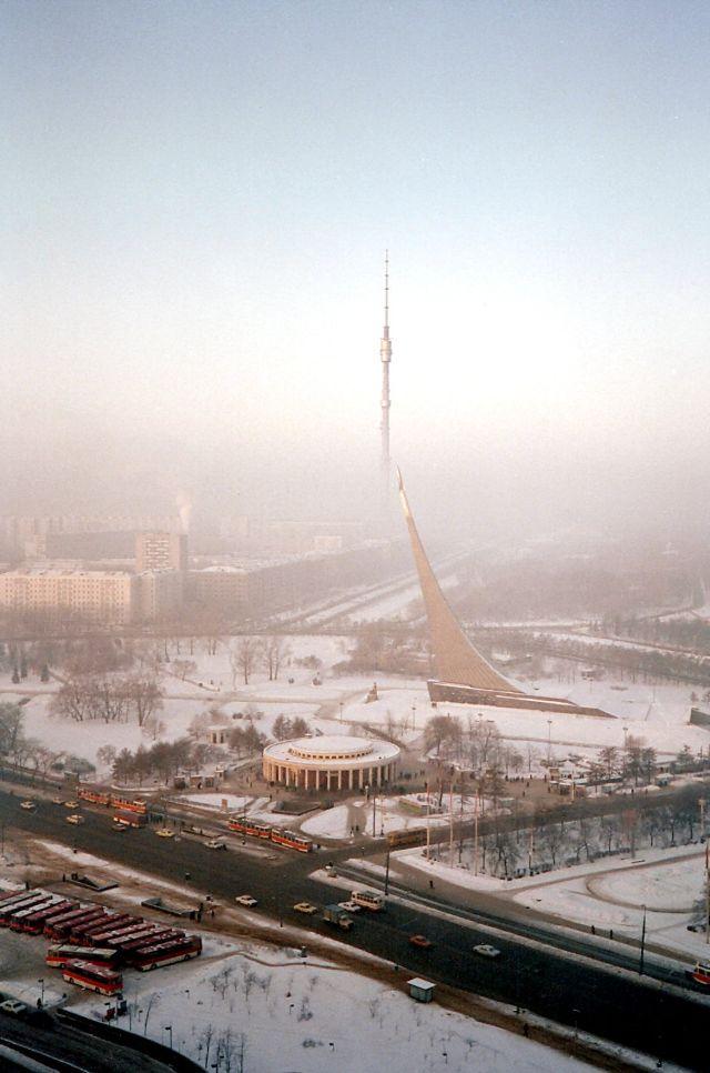 Москва, вид на Останкинскую башню со стороны гостиницы «Космос» и входа на станцию ВДНХ