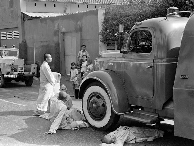 Монахи не позволяют пожарной машине приблизиться к месту проишествия