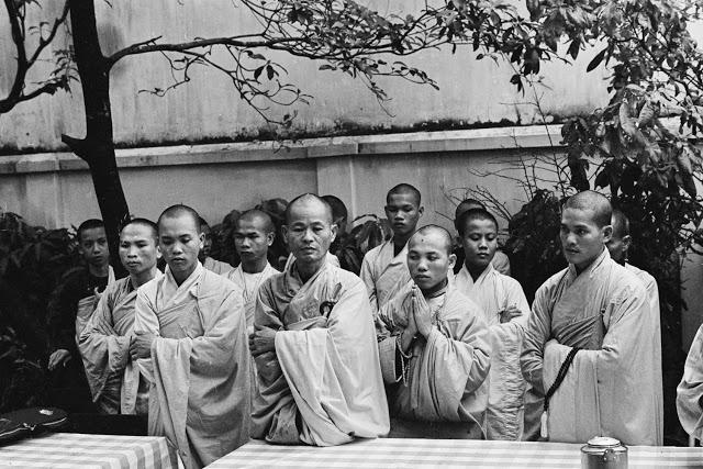 Монахи читают молитвы перед демонстрацией