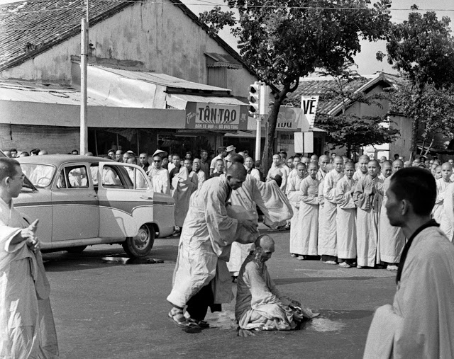 Монах обливает голову Тхить Куанга Дыка бензином