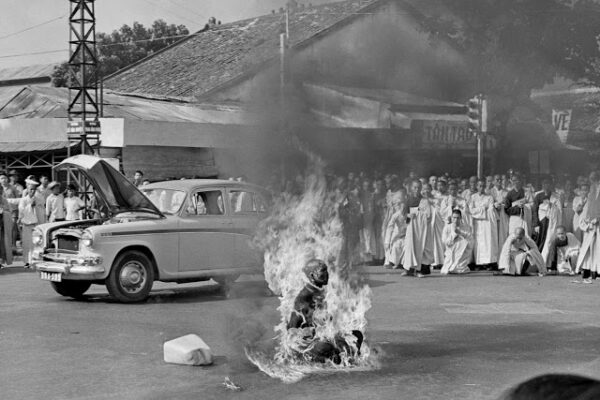 История шокирующего снимка буддийского монаха, сжигающего себя на сайгонской улице