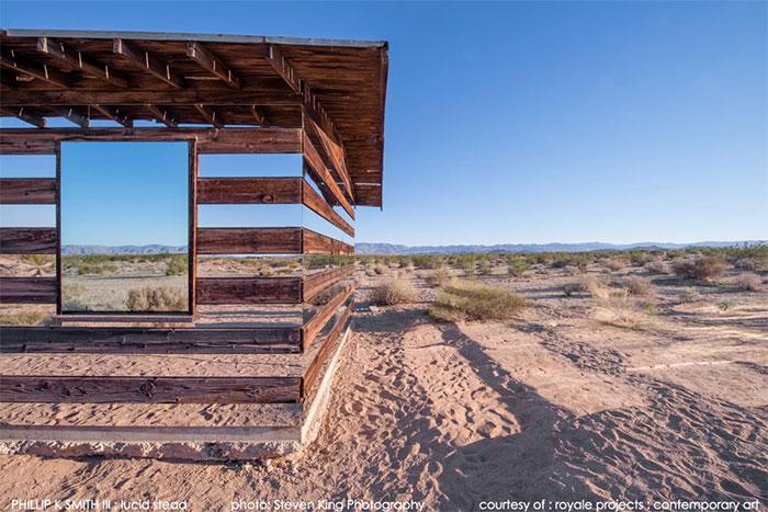 Что случается, когда вы облицовываете горизонтальными зеркалами хижину в пустыне