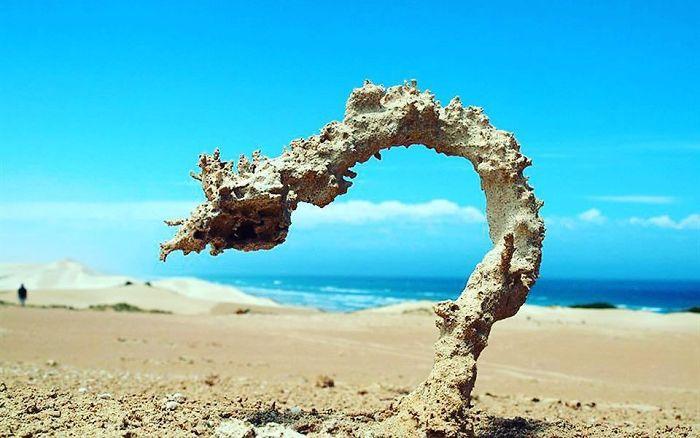Что случается, когда молния попадает в песок
