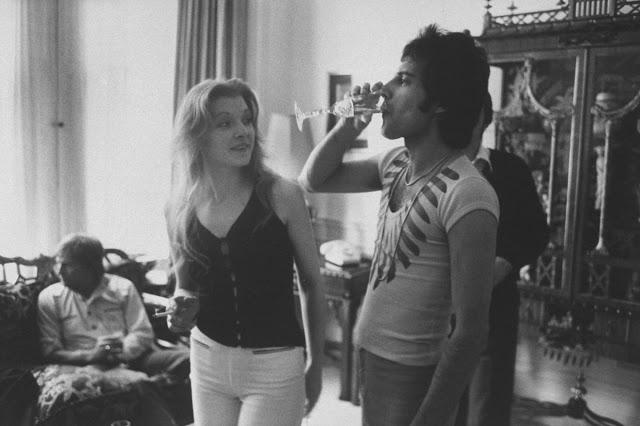 Фредди Меркьюри и Мэри Остин на домашней вечеринке