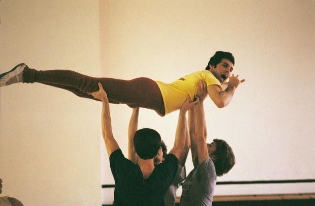 Фредди Меркьюри берёт урок у балетного инструктора