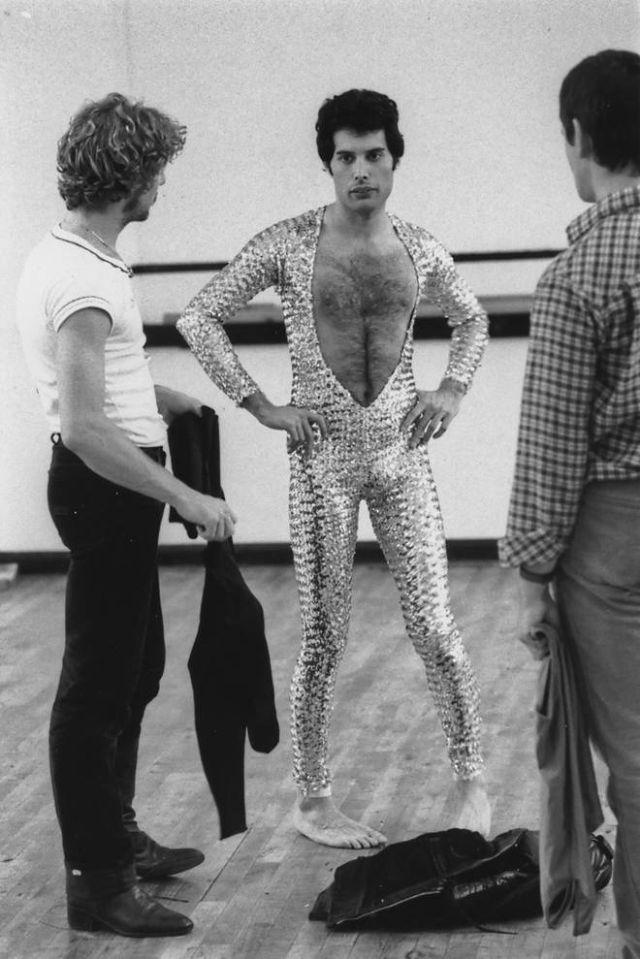 Фредди Меркьюри отдыхает во время урока балета