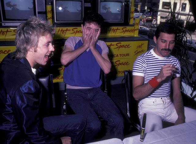 Роджер Тейлор, Джон Дикон и Фредди Меркьюри на пресс-конференции