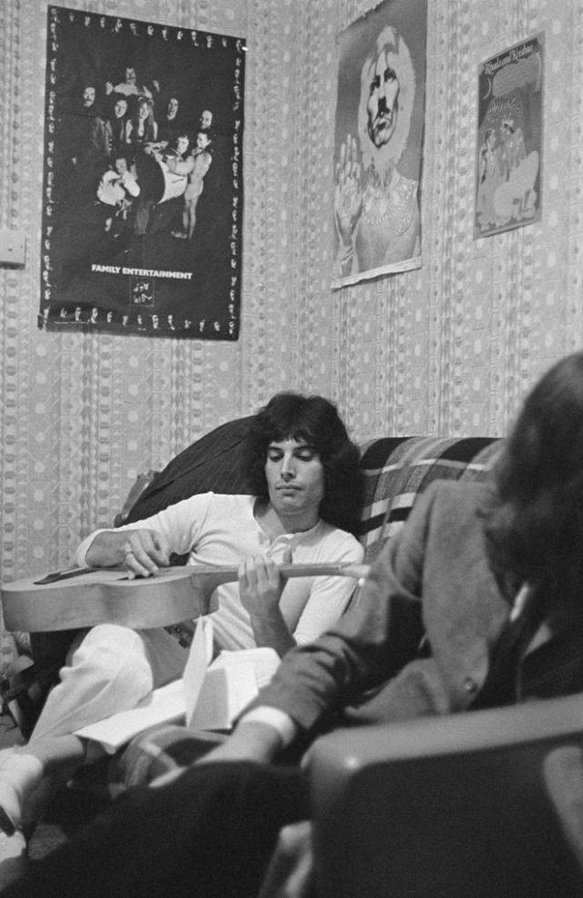 Фредди Меркьюри в своей квартире в Шепардс Буш, Лондон, 1969 год