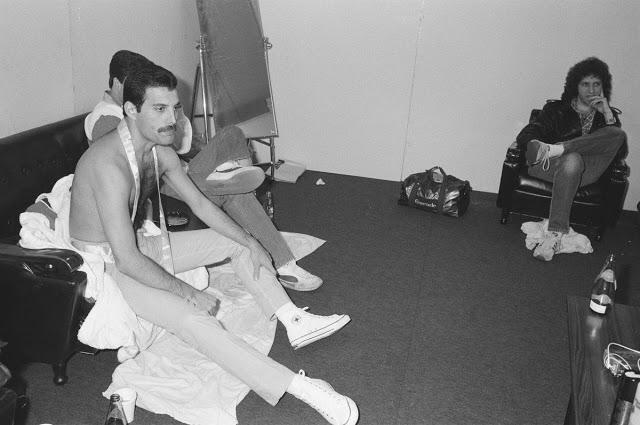 Queen отдыхают за кулисами после шоу на стадионе Hankyu Nishinomiya