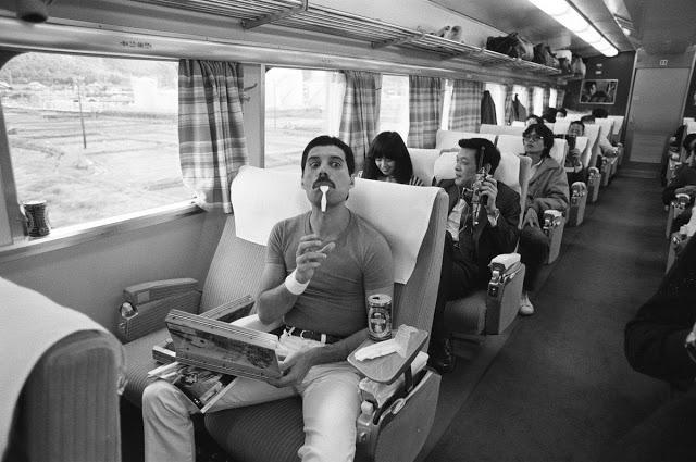 Фредди Меркьюри в поезде