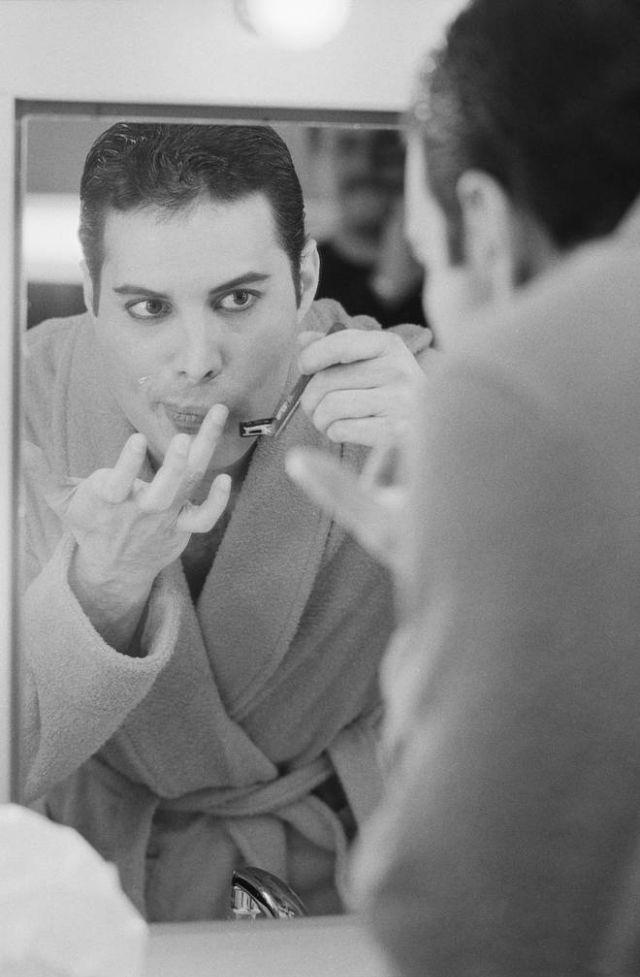 Фредди Меркьюри за кулисами бреет усы