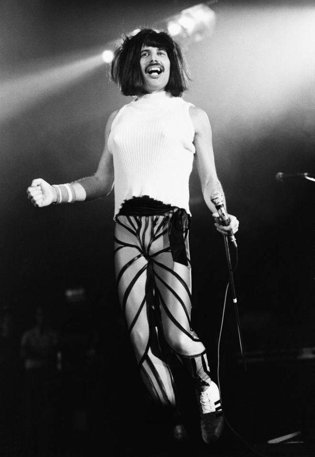 Фредди Меркьюри на сцене в свой 38-й день рождения