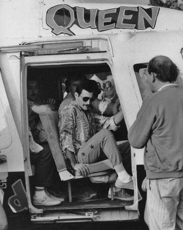 Фредди Меркьюри прибывает на вертолёте на знаменитый концерт Queen в Кнебворте