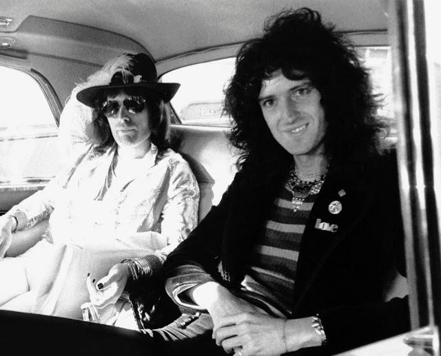 Фредди Меркьюри и Брайан Мэй в автомобиле, 1974 год