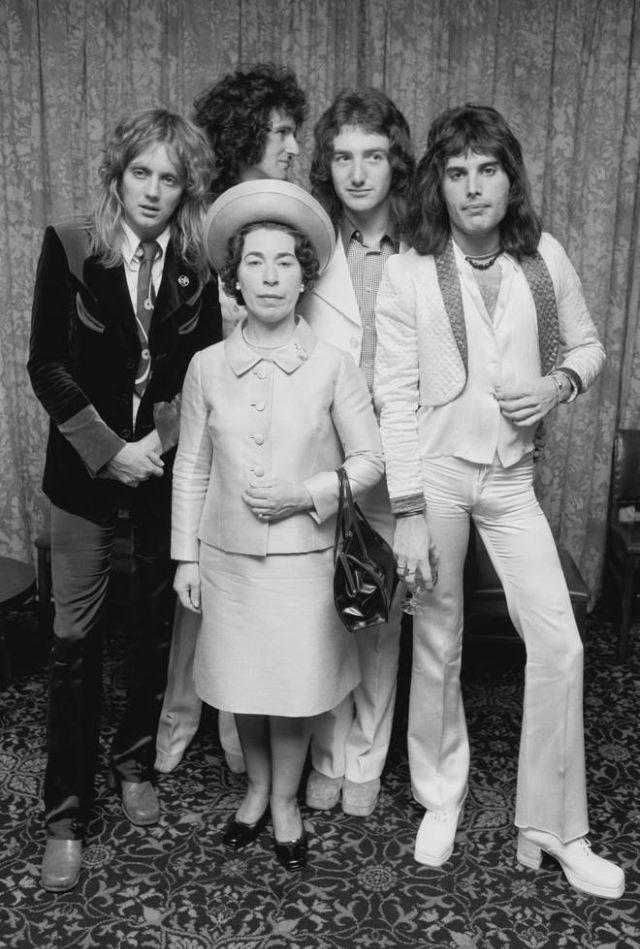 Queen позируеют с актрисой Джанетт Чарльз, похожей на Королеву Елизавету II, сентябрь 1974 года