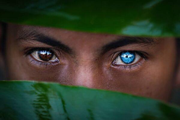 Племя с необычной генетической особенностью, из-за которой их глаза становятся синими