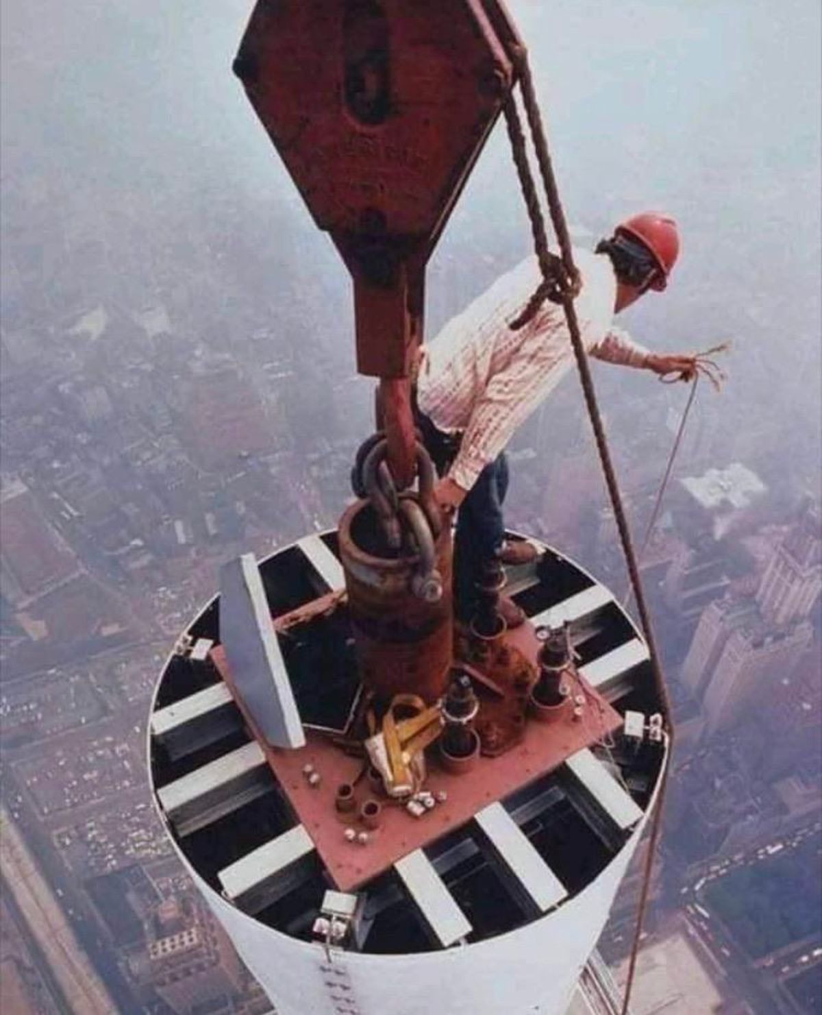 Рабочие устанавливают антенну на крыше Всемирного торгового центра в 1978 году