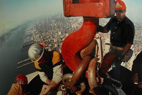Удивительные снимки рабочих, устанавливающих антенну на крыше Всемирного торгового центра в 1978 году