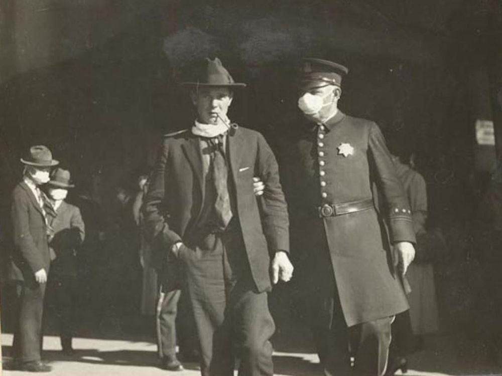 Полицейский задерживает гражданина за то, что тот не носит должным образом маску