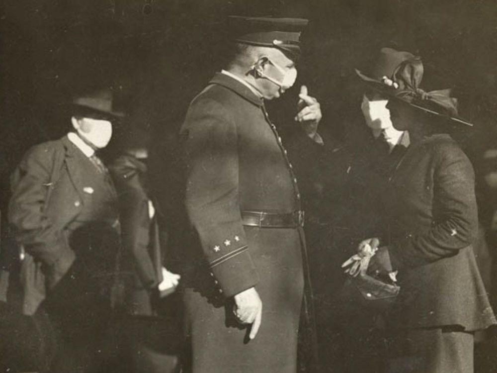 олицейский делает предупреждение женщине за то, что она не носит маску