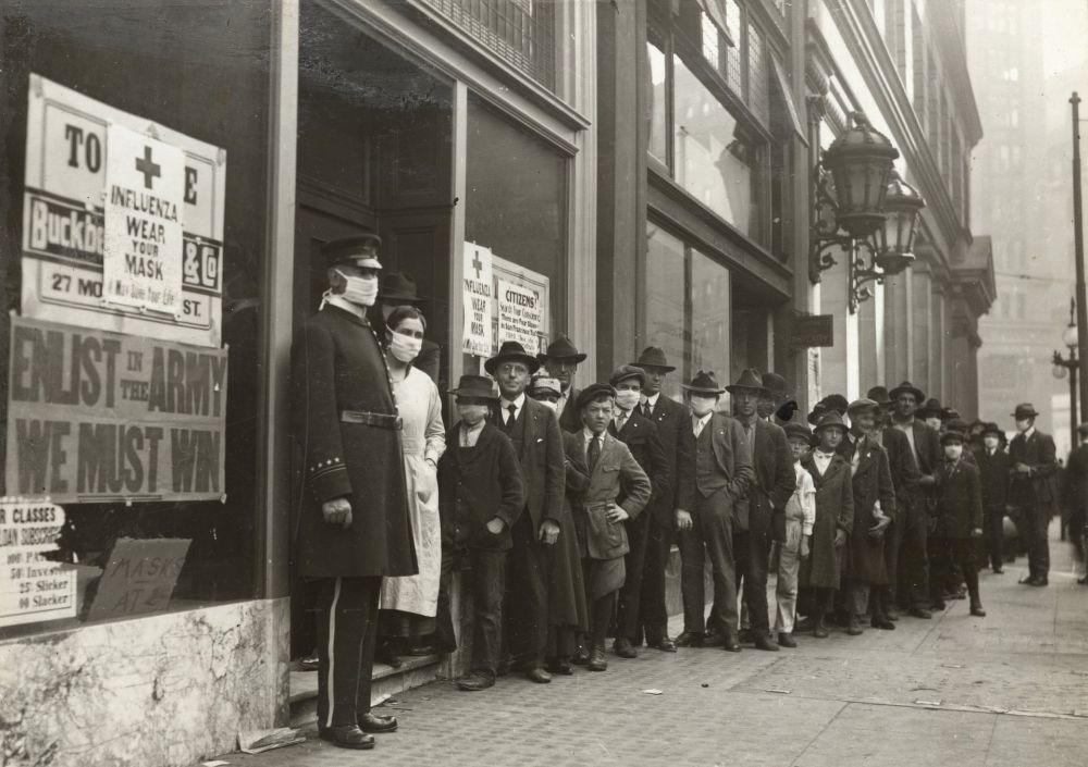 Люди стоят в очереди за масками от гриппа