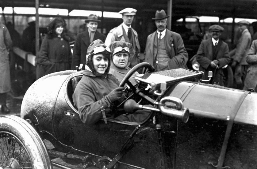1920 год: участница соревнований Айви Каммингс и её мать в гоночной машине на трассе Бруклендс, графство Суррей, Англия