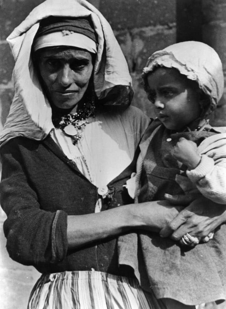 1925 год: палестинская мать держит на руках ребёнка