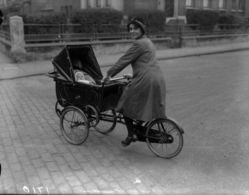 1926 год: мама выполняет необходимые спортивные упражнения, одновременно катаясь на велосипеде и толкая коляску, а ребёнок с раннего возраста приобщается к скорости