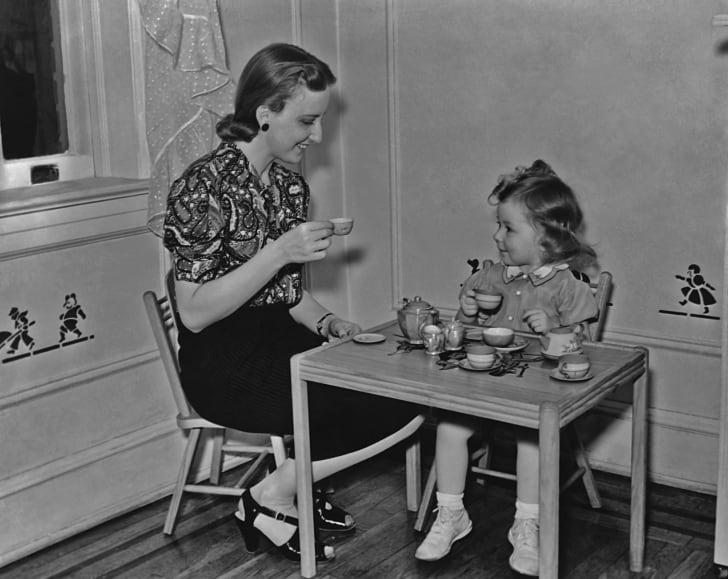 1930 год: мама с маленькой дочерью на чаепитии