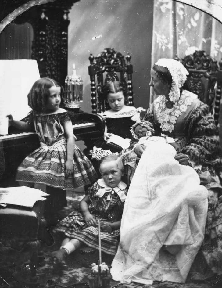 Январь 1860 года: мать и дети в гостиной
