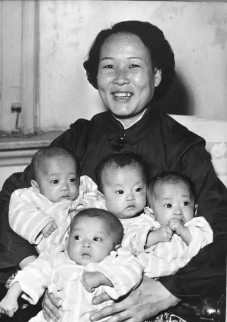 1960 год: гордая мать Лю Ван-Фу показывает свою шестимесячную четверню - девочку и трёх мальчиков