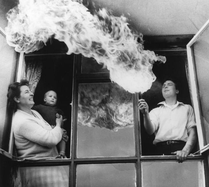 1963 год: шестнадцатилетний шеф-повар-стажёр Питер Мэддокс из Холлингворта, Чешир, Англия, занимается своим хобби на глазах у матери и 9-месячного брата