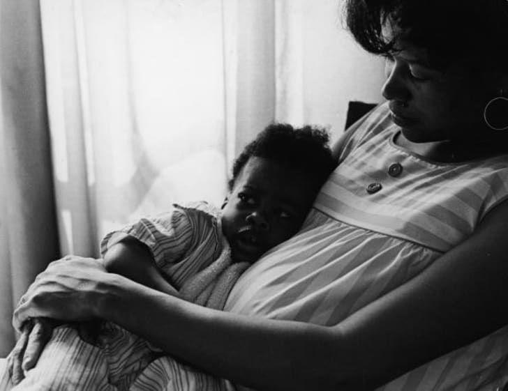 1970 год: портрет матери, сидящей со своей маленькой дочкой