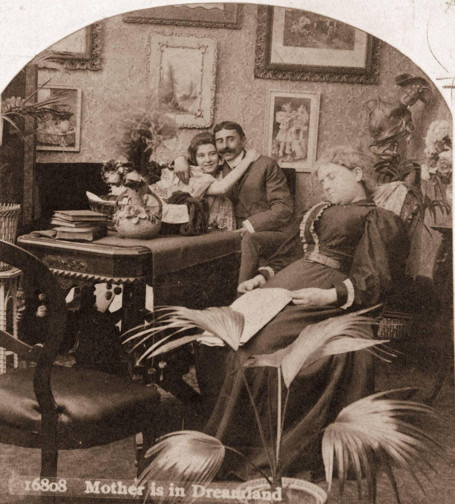 1885 год: молодая пара пользуется возможностью пообниматься, пока мать спит над газетой
