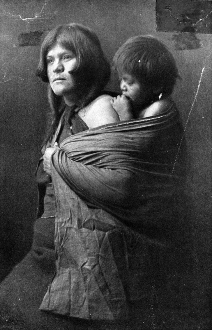 1900 год: коренная американка из племени хопи с ребёнком на спине