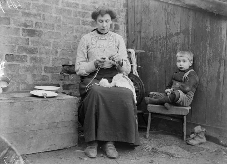 1910 год: ребёнок тихо сидит, пока его мать вяжет джемпер из шетландской шерсти