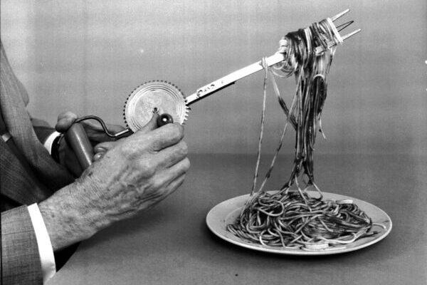 Ложка для невкусной еды или держатель для пончиков: безумные изобретения Рассела Оукса