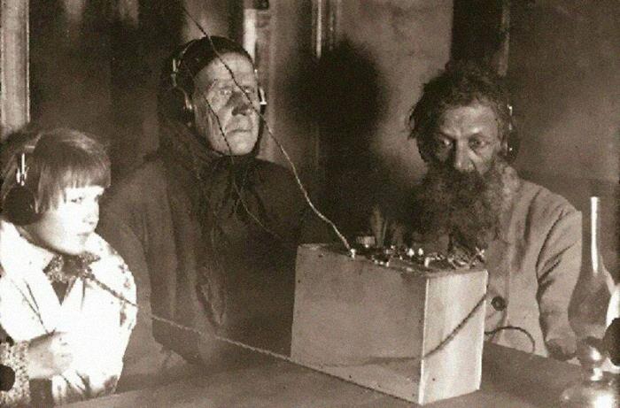 Советские крестьяне впервые слушают радио