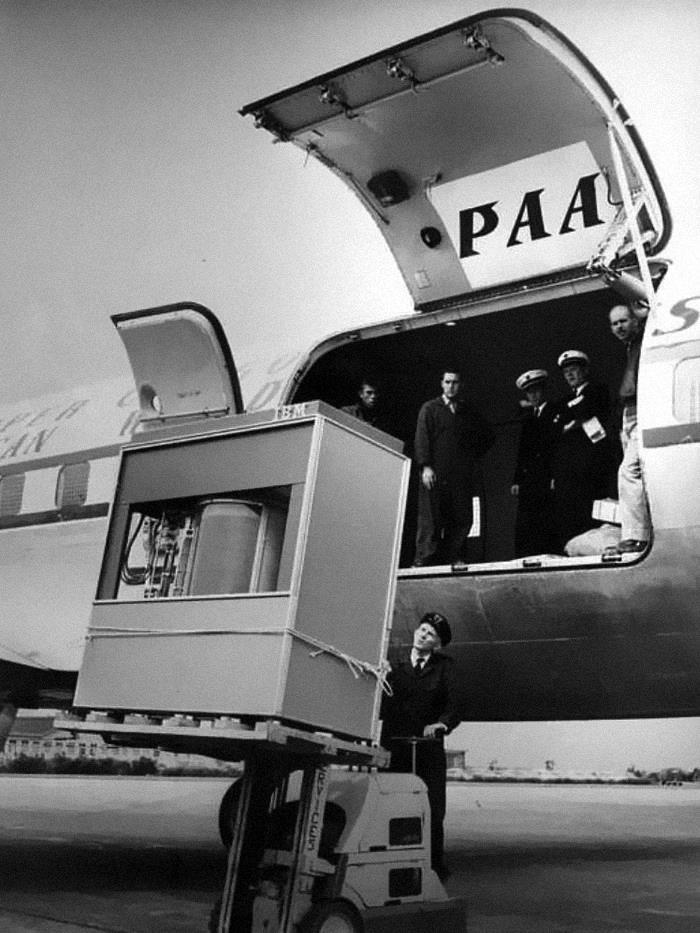 Жёсткий диск объёмом 5 мбайт грузят на самолёт
